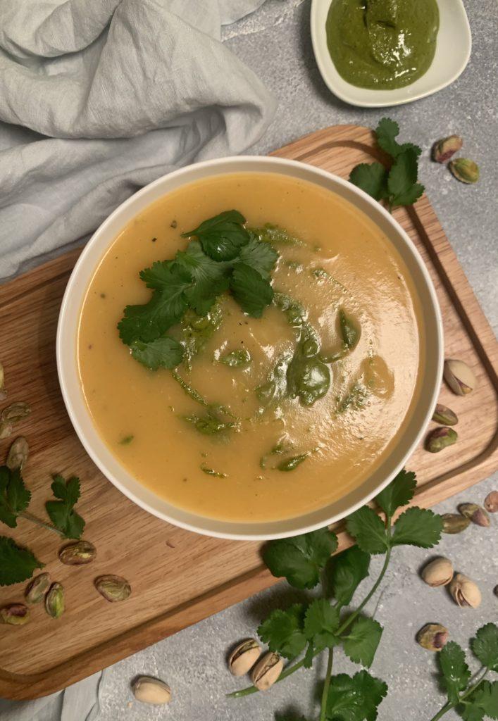 Rezept: Kartoffelsuppe mit Pistaziencreme und frischem Koriander