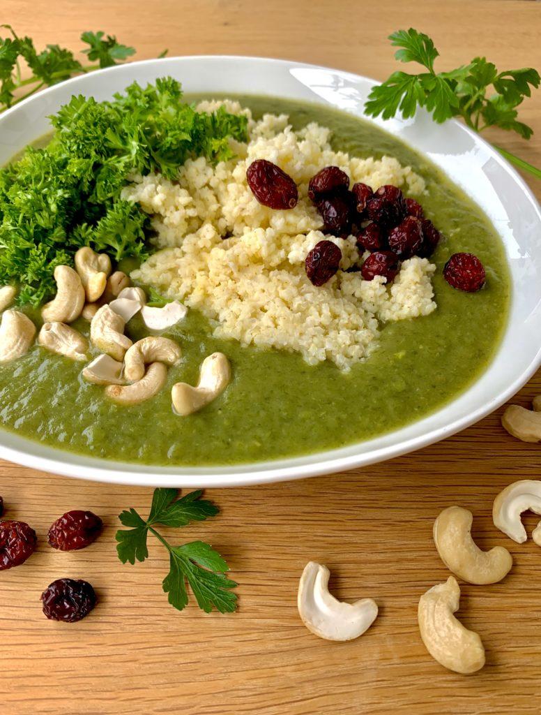 Gesunde Rezepte: Erbsensuppe mit Hirse, Cashew-Nüssen und Cranberries