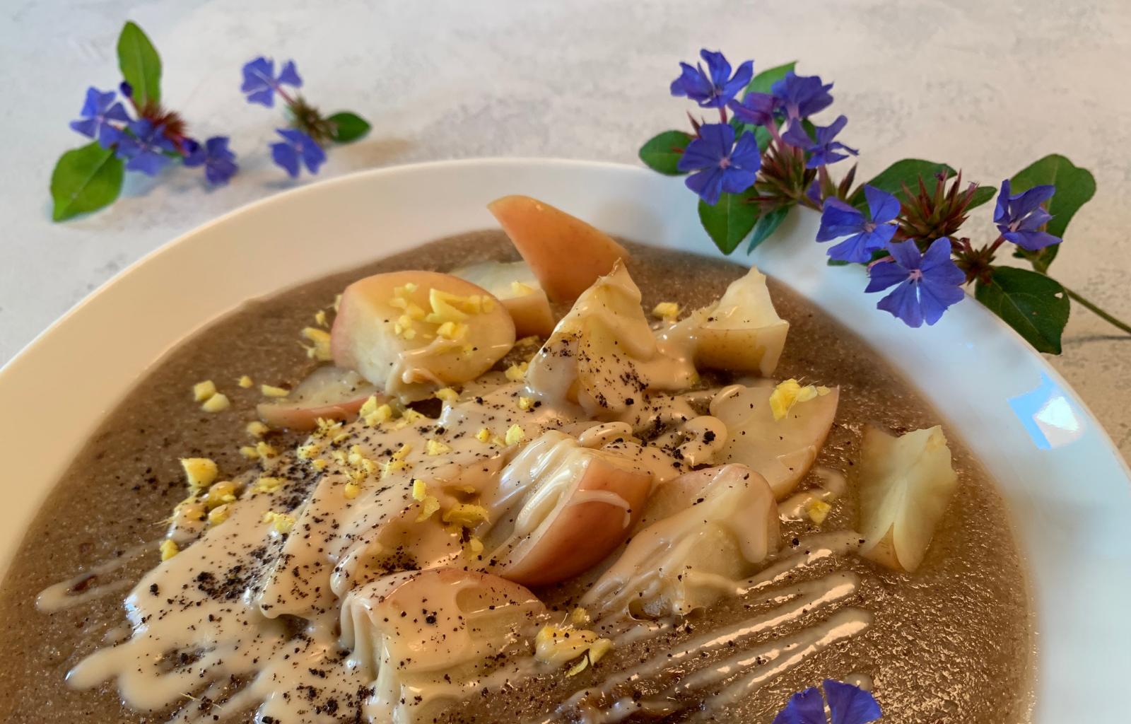 Ayurvedisches Porridge mit Teff-Flocken, Apfel, Ingwer und Vanille
